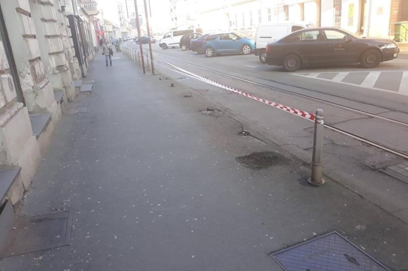 Autom, kao kosilicom, 'počupani' stupovi na ulasku na Trg