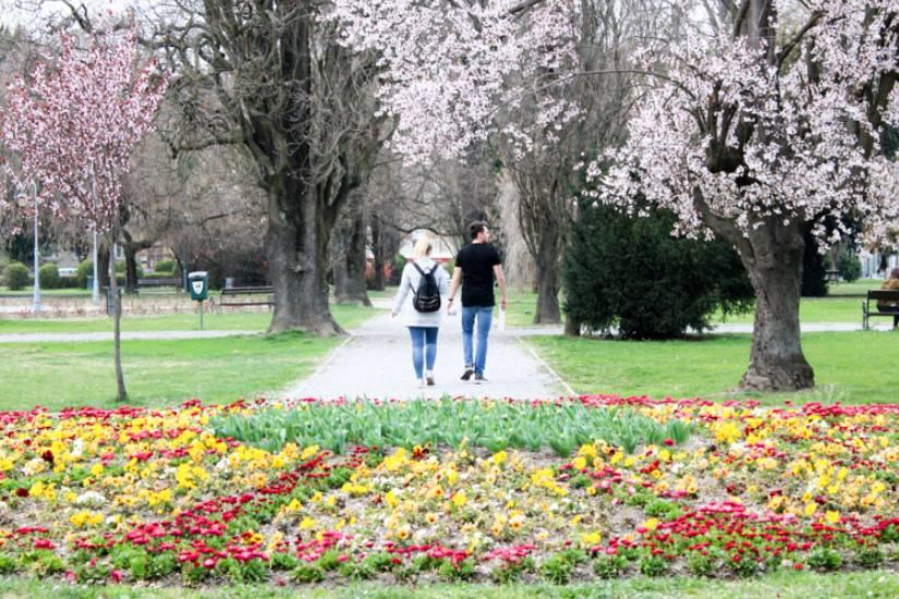 Foto: Građani u proljetnoj šetnji