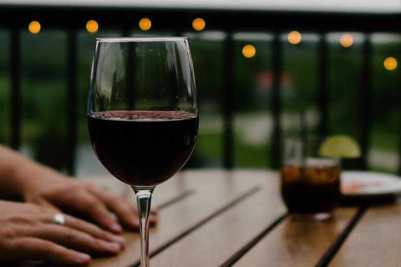 Baš ste planirali krenuti u teretanu? Ne morate, sjedite i popijte čašu vina!